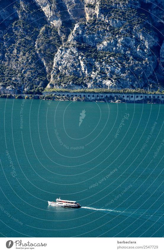 steinig | Gardasee mit Schiff und Felsküste Ferien & Urlaub & Reisen Tourismus wandern Natur Landschaft Wasser Klima Felsen Berge u. Gebirge See Italien