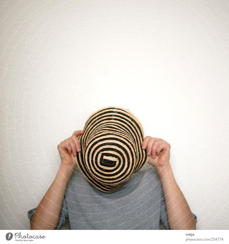 g**gle Freizeit & Hobby Spielen verstecken Leben 1 Mensch Hut Strohhut festhalten stehen frech lustig grau Gefühle Stimmung Verschwiegenheit Neugier Unlust
