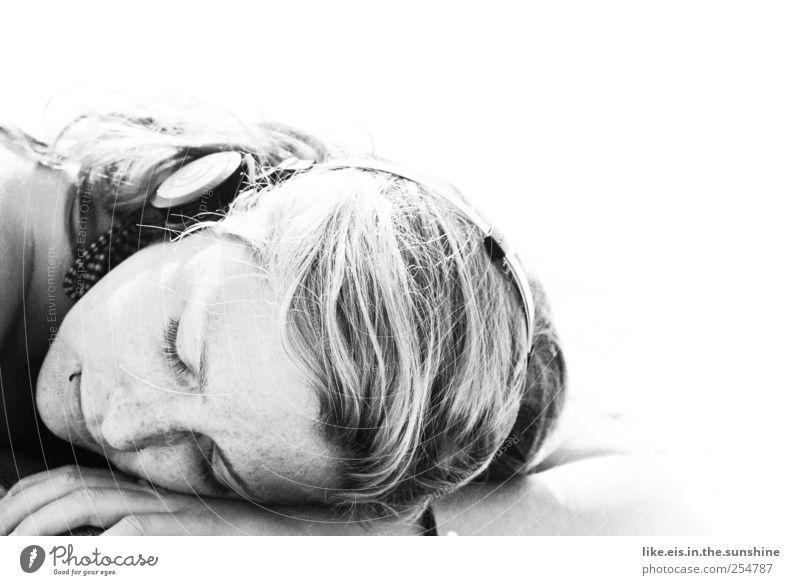 thinking of you Sinnesorgane Erholung feminin Junge Frau Jugendliche Erwachsene Kopf Haare & Frisuren Gesicht Arme 1 Mensch 18-30 Jahre Bikini Kopfhörer blond