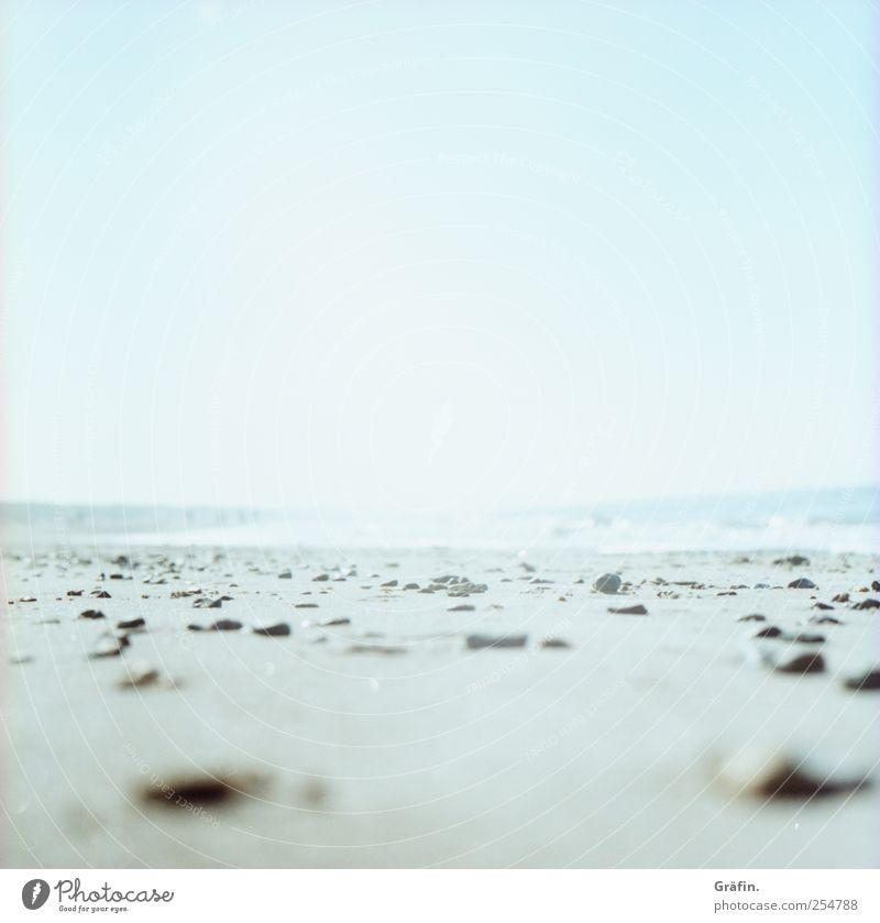 Sommerhitze Himmel blau Sonne Ferien & Urlaub & Reisen Meer Strand Ferne Erholung grau Stein hell Horizont Unendlichkeit Nordsee Tiefenschärfe