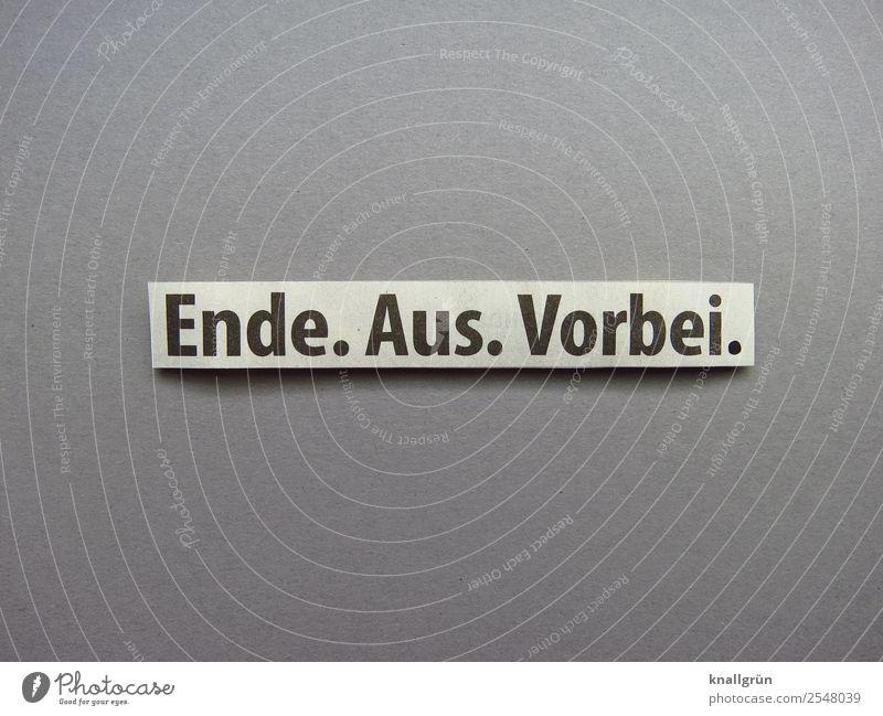 Ende. Aus. Vorbei. Schriftzeichen Schilder & Markierungen Kommunizieren grau schwarz weiß Gefühle Traurigkeit Liebeskummer Enttäuschung Verzweiflung