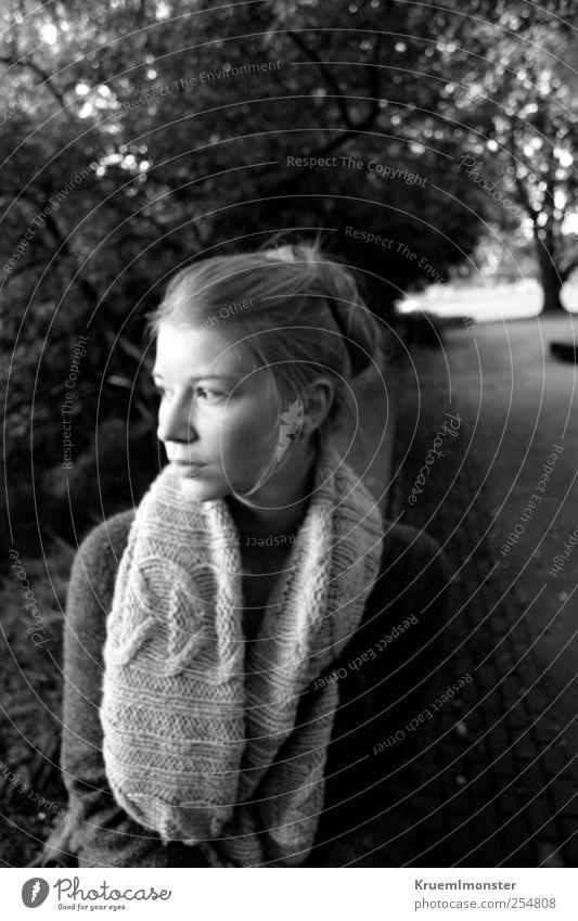 Nova Mensch feminin Junge Frau Jugendliche Erwachsene 1 18-30 Jahre Mode Schal beobachten Denken Blick ästhetisch authentisch blond trendy schön einzigartig