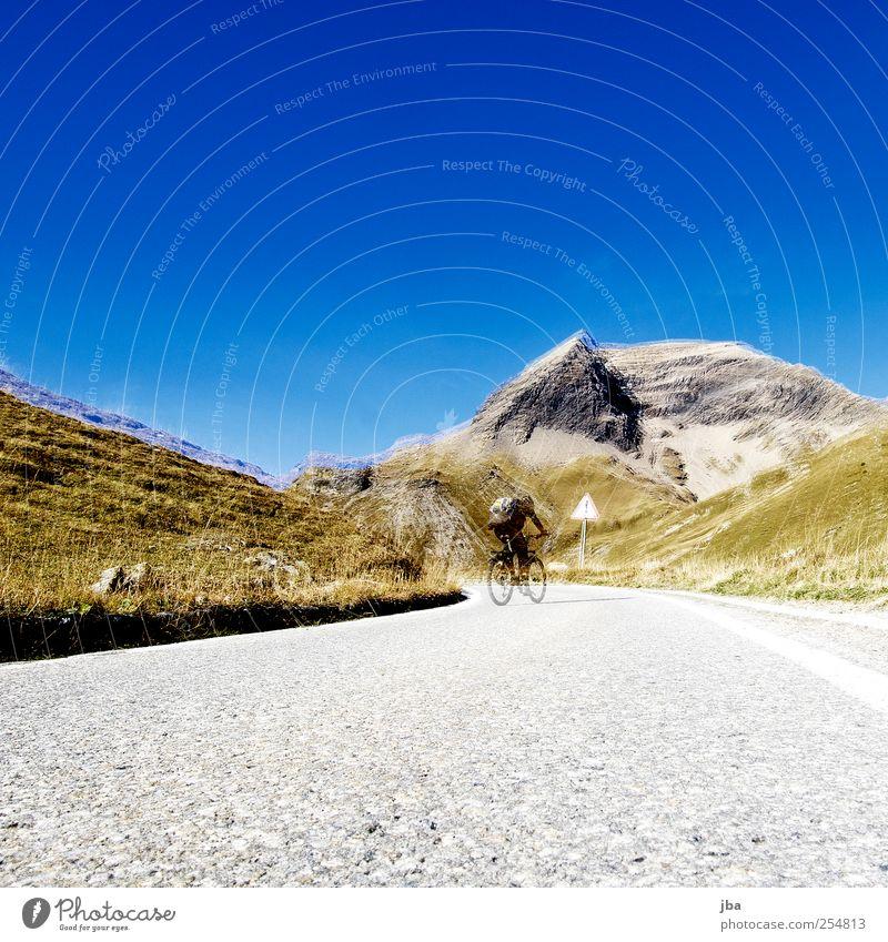 Bergfahrt Mensch Straße Herbst Leben Landschaft Berge u. Gebirge Gras Wärme Stein Luft Zufriedenheit Fahrrad Felsen Ausflug fahren Alpen