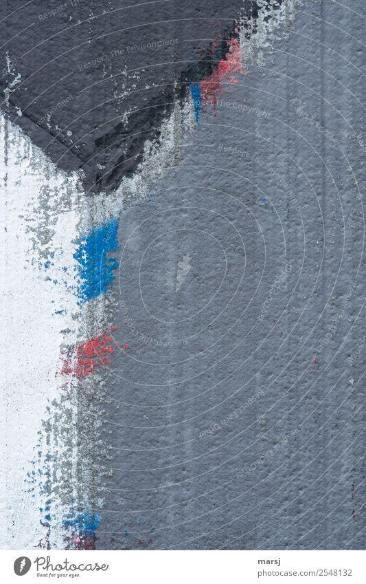 Rot - Blau Mauer Wand Graffiti Dreieck dunkel einfach hässlich kalt trashig trist blau rot Sorge Unlust bizarr Misserfolg Missgeschick Zerstörung streichen