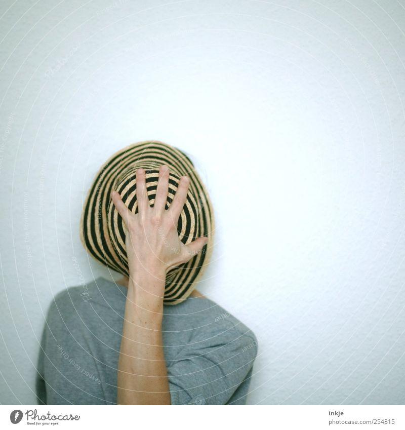 undercover Freude Freizeit & Hobby Leben Hand 1 Mensch Hut Strohhut festhalten außergewöhnlich einzigartig lustig grau Gefühle Stimmung bescheiden Unlust Scham