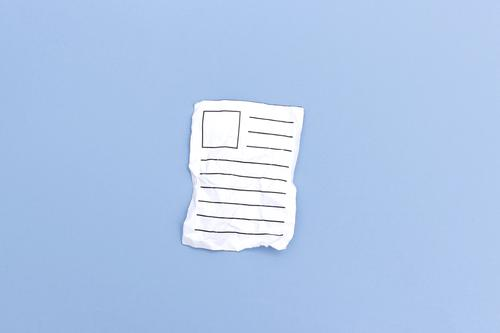 Zerknülltes Papier - verworfener Beitrag Werbebranche Post Kommunizieren schreiben alt kaputt blau weiß Neugier Zeitung Text Brief zerknüllt Müll Entwurf