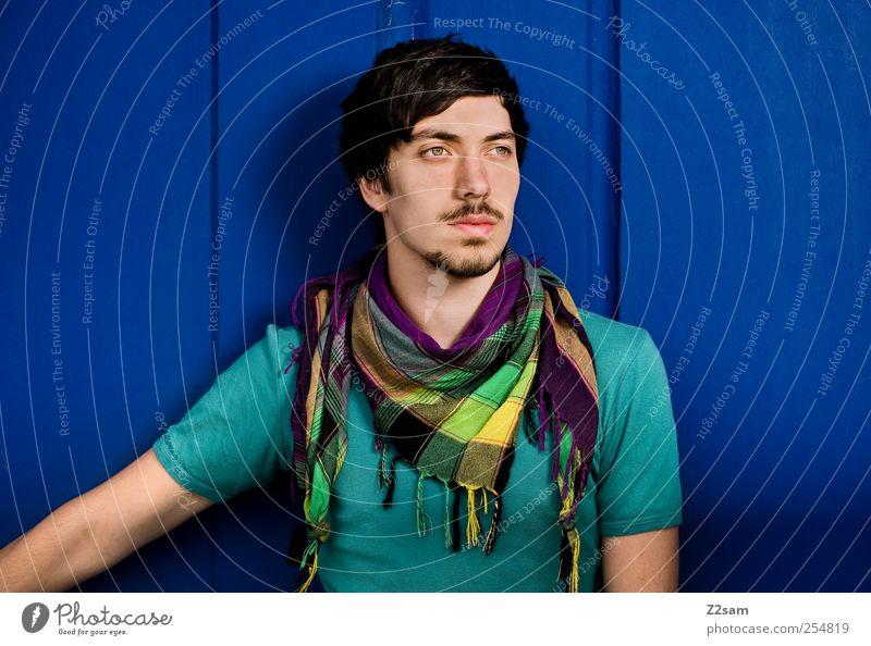 weit, weit weg! Jugendliche blau Wand Erwachsene Haare & Frisuren Stil Mauer maskulin authentisch Perspektive Lifestyle Coolness Zukunft Hoffnung einzigartig