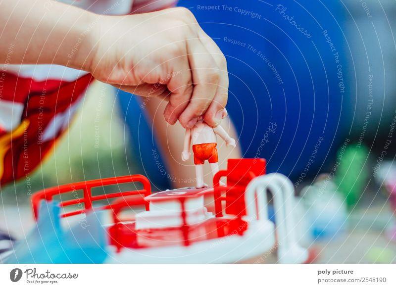 Kinderhand hält Spielfigur Freizeit & Hobby Spielen Ferien & Urlaub & Reisen Sommer Sommerurlaub Kleinkind Mädchen Junge Kindheit Leben Arme Hand Finger