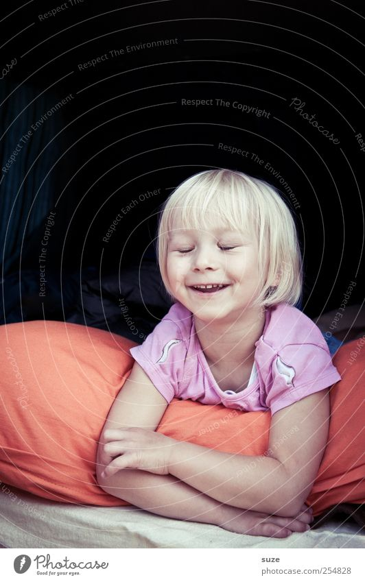 Ha-Ha-Ha Mensch Kind Kleinkind Kindheit Kopf Haare & Frisuren Gesicht 1 3-8 Jahre blond Lächeln lachen liegen Fröhlichkeit Lebensfreude Kissen Farbfoto