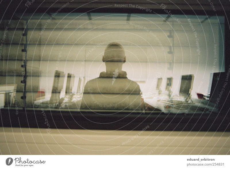 Jitterbug maskulin 1 Mensch stehen Bildschirm Selbstportrait Jalousie Fensterscheibe Farbfoto Gedeckte Farben Innenaufnahme Kunstlicht Silhouette