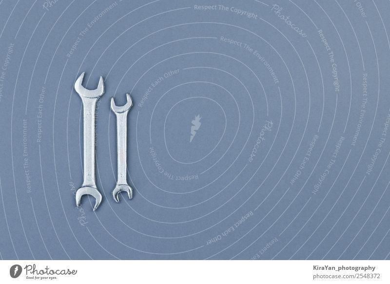 Flache Verlegung von Metallschlüsseln auf grauem Hintergrund Design Glück Freiheit Tapete Feste & Feiern Denkmal blau rot Selbstständigkeit Wehen Amerikaner USA