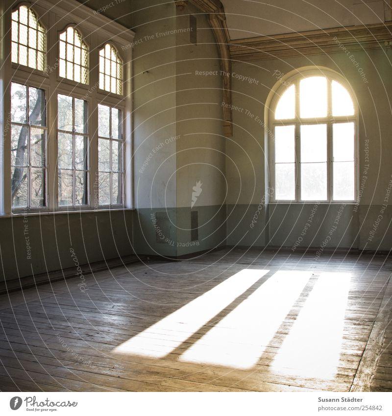 freiraum. Häusliches Leben freizügig Loft Freiraum Saal Holzfußboden Dielenboden spendabel Fenster Lichtspiel Lichtschein Altbau Tanzsaal Farbfoto Innenaufnahme