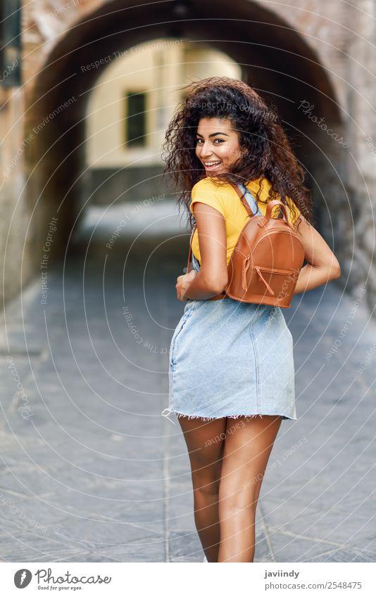 Rückansicht einer lächelnden schwarzen Touristenfrau mit lockigem Haar Lifestyle Stil Glück schön Haare & Frisuren Gesicht Tourismus Mensch feminin Junge Frau