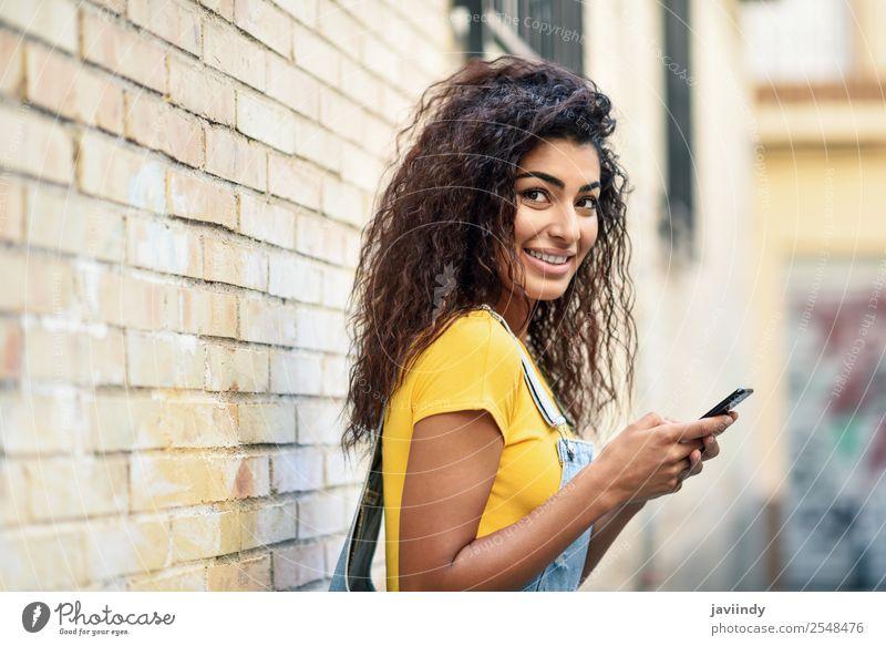 Junge arabische Frau beim SMSen mit ihrem Smartphone Lifestyle Stil Glück schön Haare & Frisuren Telefon PDA Technik & Technologie Mensch feminin Mädchen