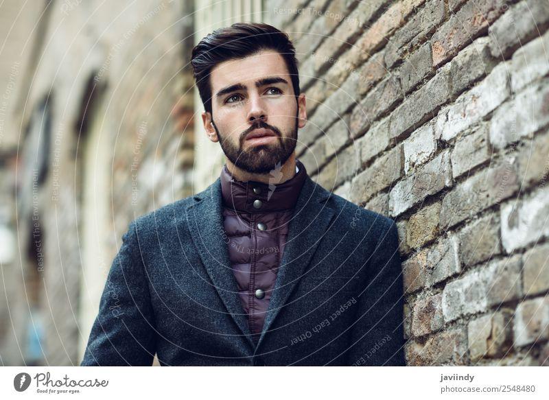 Junger bärtiger Mann im britischen eleganten Anzug im Freien. Lifestyle Stil schön Haare & Frisuren Mensch maskulin Junger Mann Jugendliche Erwachsene 1