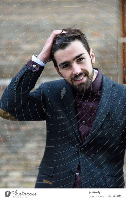 Bärtig lächelnder Mann im britischen eleganten Anzug im Freien. Lifestyle Stil Glück schön Haare & Frisuren Mensch maskulin Junger Mann Jugendliche Erwachsene 1