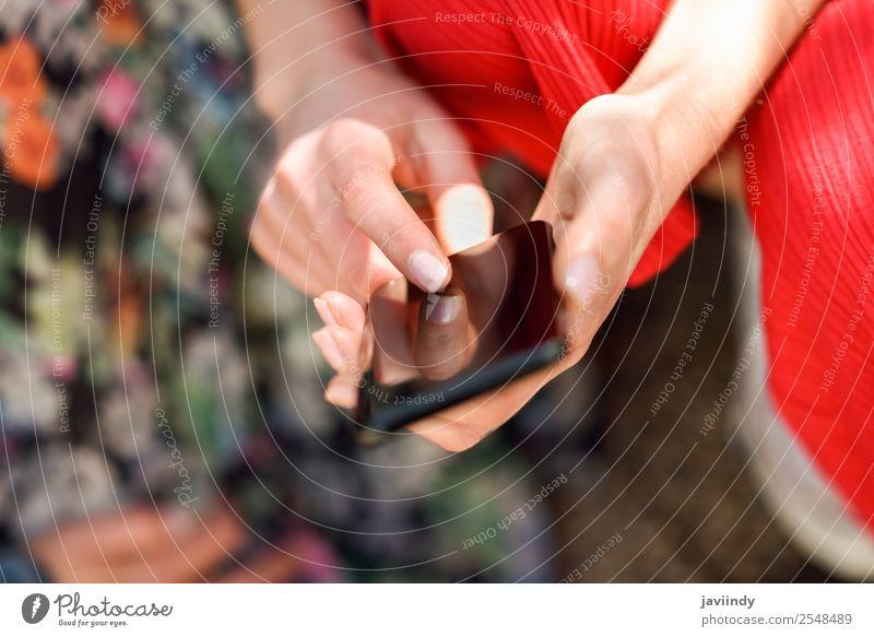 Frau Hände berühren Touchscreen eines Smartphones im Freien Lifestyle kaufen Telefon PDA Bildschirm Technik & Technologie Internet Mensch feminin Junge Frau