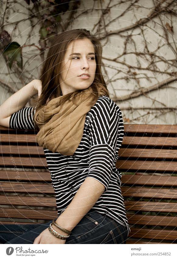 Jahreszeitenwechsel feminin Junge Frau Jugendliche 1 Mensch 18-30 Jahre Erwachsene schön braun Herbst nachdenklich Farbfoto Außenaufnahme Porträt Oberkörper