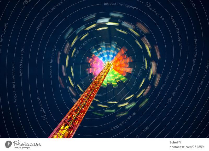 Karussell No. 1 München Geschwindigkeit schön Kettenkarussell Drehung Farbenspiel Farbfoto Außenaufnahme Experiment abstrakt Textfreiraum links