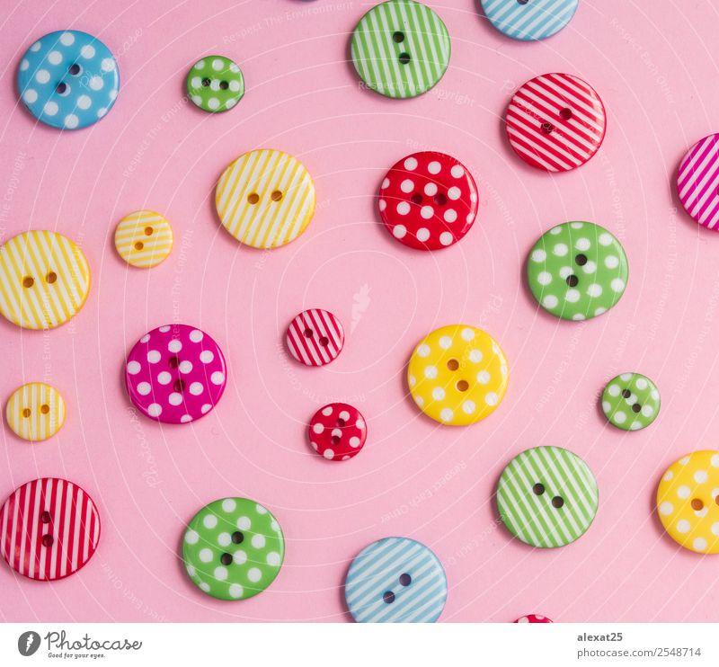 Bunte Knöpfe auf rosa Hintergrund Design Handwerk Menschengruppe Mode Bekleidung Stoff Accessoire Sammlung Kunststoff alt Fröhlichkeit lustig retro blau gelb