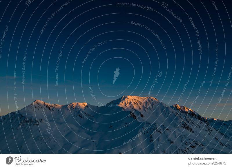 der Letzte macht das Licht aus ! Ferien & Urlaub & Reisen Abenteuer Winter Schnee Winterurlaub Berge u. Gebirge Alpen Gipfel Schneebedeckte Gipfel blau Schweiz