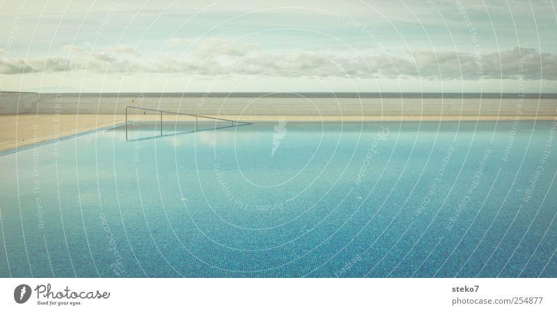 abtauchen Himmel blau Wasser ruhig Erholung Horizont ästhetisch Schwimmbad Klarheit Treppengeländer Surrealismus Panorama (Bildformat) gerade Stil