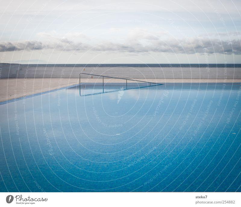 stille Wasser Himmel Wolken ästhetisch blau Schwimmbad gerade Horizont Treppengeländer Menschenleer Gedeckte Farben Außenaufnahme Hintergrund neutral