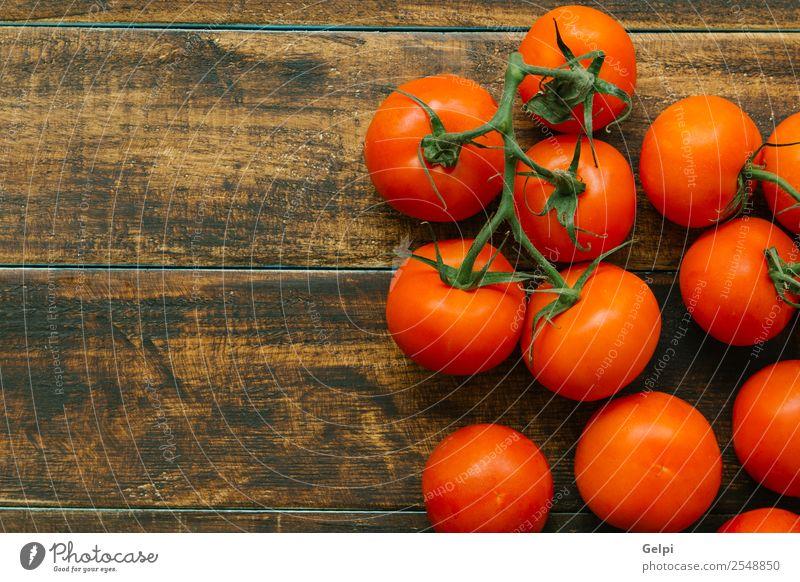 Tomaten Gemüse Frucht Vegetarische Ernährung Diät schön Tisch Küche Natur Pflanze Blatt Holz dunkel frisch nass natürlich grün rot weiß Farbe rustikal