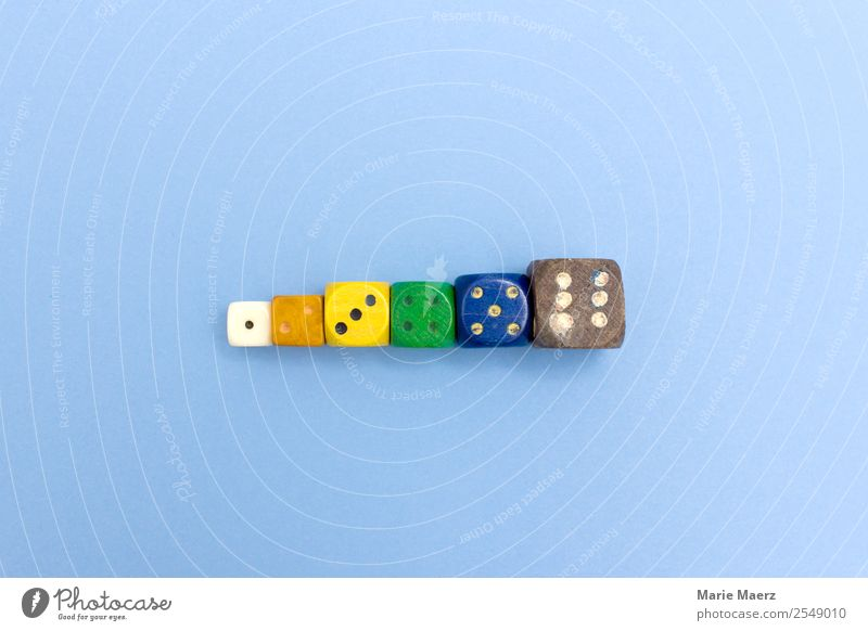 Würfel-Reihe mit Zahlen von 1 bis 6 Freizeit & Hobby Spielen Ziffern & Zahlen authentisch Fröhlichkeit blau mehrfarbig Freude Glück Risiko würfeln Ergebnis
