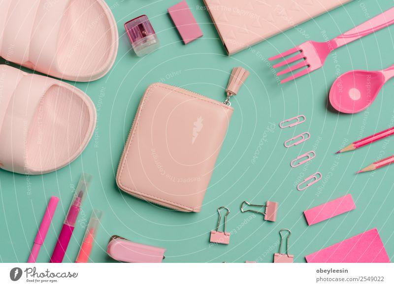 viele rosa Accessoires für eine junge Dame kaufen Design Sommer Frau Erwachsene Mode Idee Duftwasser Arbeitstisch Lipgloss gestylter femininer Desktop