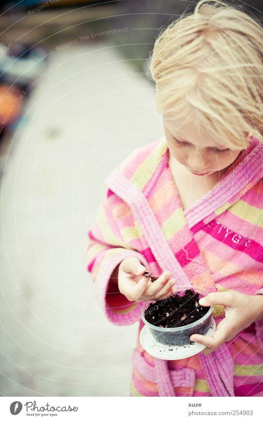 Würmchen Haare & Frisuren Angeln Mensch Kind Mädchen Kindheit Kopf Hand 1 3-8 Jahre blond Wurm festhalten Ekel Mut Konzentration Kindheitserinnerung Angelköder