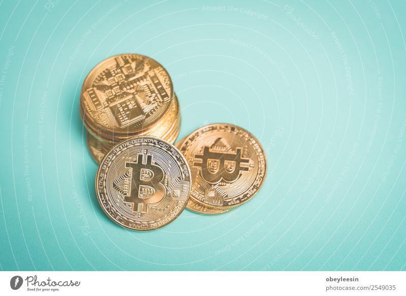 Bitcoin auf dem blau hinterlegten Kopierbereich Geld Wirtschaft Kapitalwirtschaft Geldinstitut Business Internet bezahlen Wachstum dunkel gold Krypto