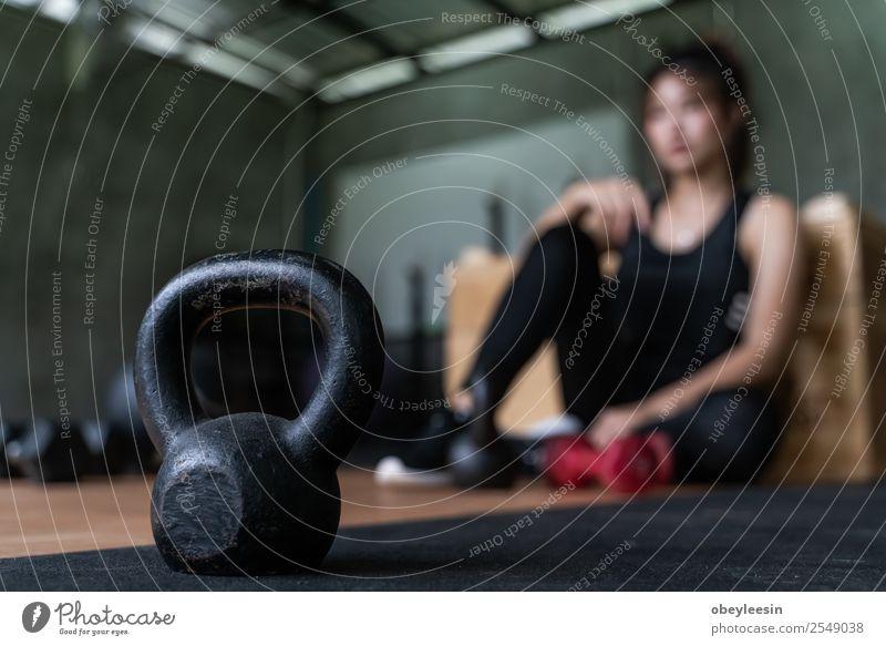 Schöner junger asiatischer Gorlw beim Training Lifestyle Sport Fitness Sport-Training Mensch Körper Kunst Künstler Abenteuer Farbfoto