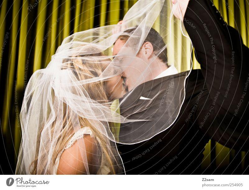 forever Lifestyle Stil Hochzeit Paar Partner 2 Mensch 18-30 Jahre Jugendliche Erwachsene Kleid Anzug Accessoire Schleier festhalten Küssen Liebe elegant Glück