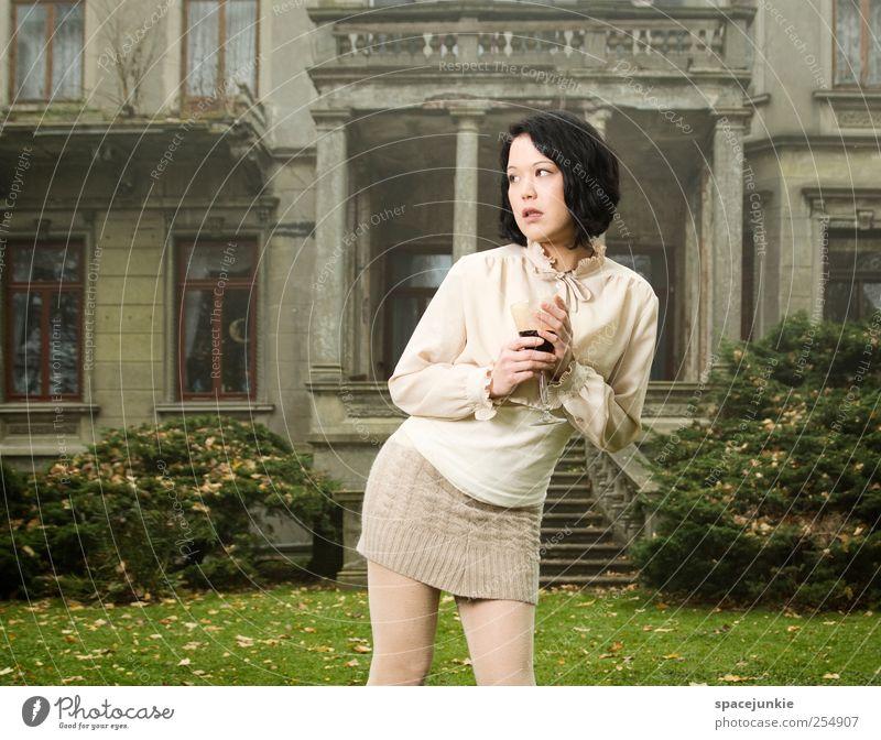 Wonderland Mensch feminin Junge Frau Jugendliche 1 18-30 Jahre Erwachsene Traumhaus Mauer Wand Treppe Fassade Terrasse beobachten träumen Traurigkeit historisch
