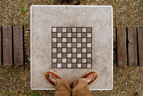 bauernopfer Freizeit & Hobby Spielen Mensch Beine Fuß 1 Schach Schachbrett Tisch Schiedsrichter Farbfoto Außenaufnahme Licht Kontrast Vogelperspektive Quadrat