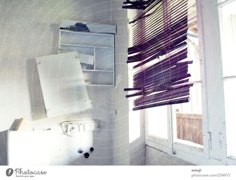 Medizinschrank Haus Mauer Wand Fenster alt weiß Schrank schäbig Unbewohnt verfallen Kasten Farbfoto Innenaufnahme Menschenleer Abend