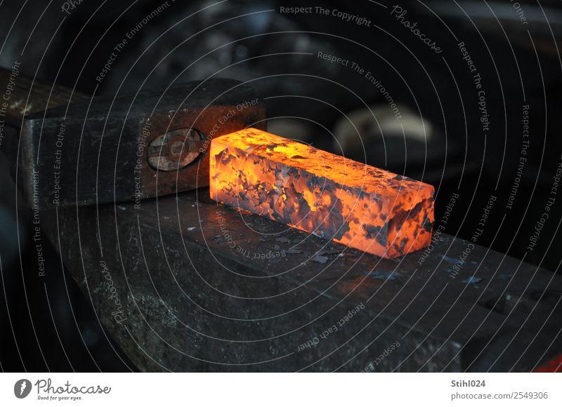 rotglühender Stahl und Hammer auf Amboss dunkel schwarz orange grau Arbeit & Erwerbstätigkeit liegen Kraft Kreativität Beruf heiß fest Stress eckig Handwerk