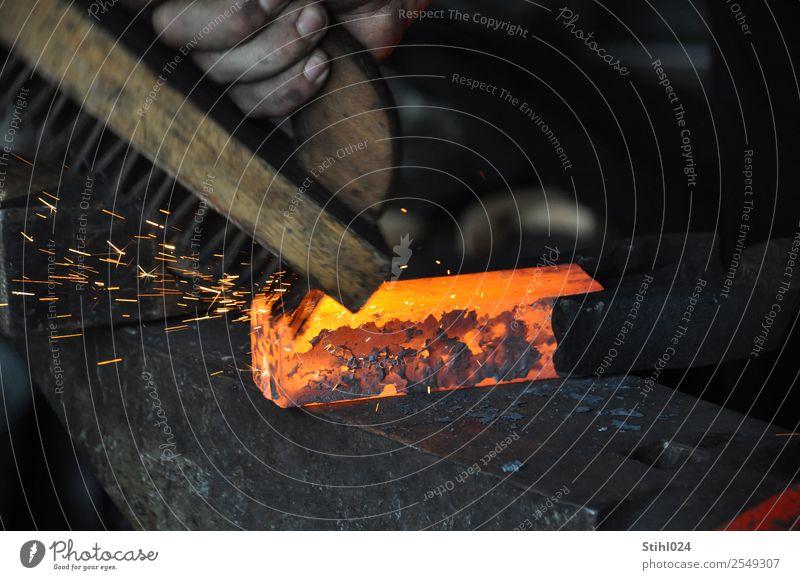 Zunder abbürsten von rotglühendem Stahl auf Amboss Handwerker Schmied schmieden Arbeitsplatz Werkzeug Bürste Drahtbürste Zange Schmiedezange