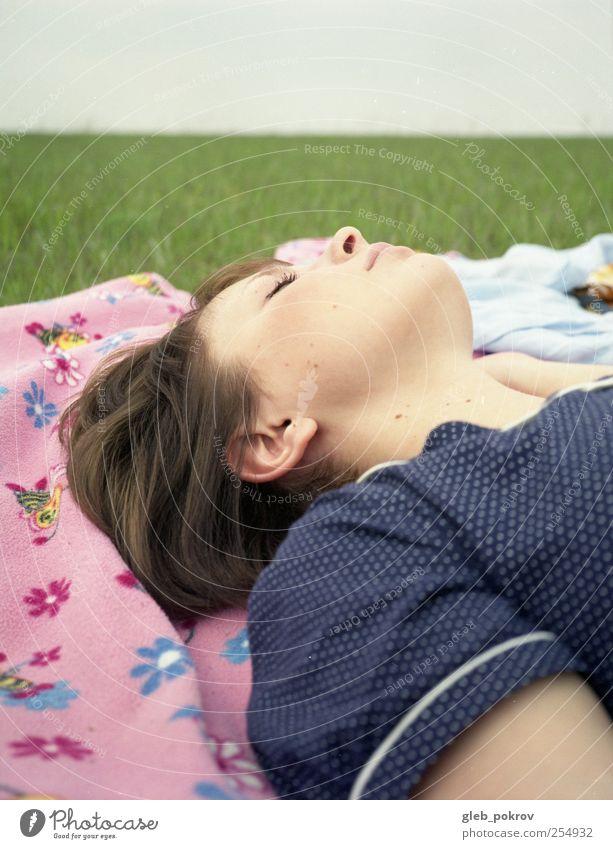 Mensch Himmel Jugendliche Pflanze Gesicht feminin Landschaft Erwachsene Kopf Haare & Frisuren Mode Horizont Arme schlafen Kleid 18-30 Jahre