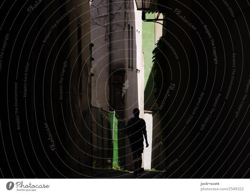 Licht am Ende Sightseeing 1 Mensch Sommer Schönes Wetter Görlitz Altstadt Gebäude Fassade Fußgänger Gasse Straßenflucht gehen außergewöhnlich dunkel eckig