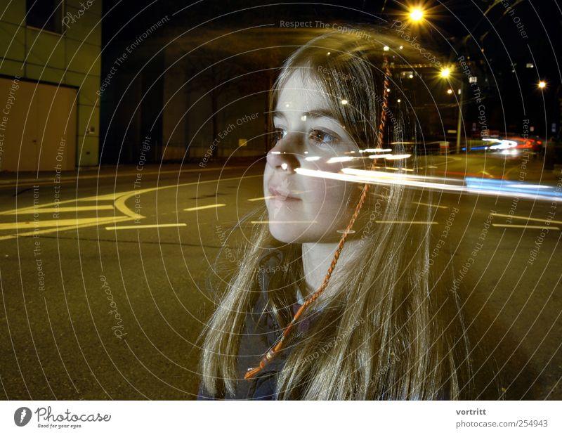Gedankenübertragung Mensch Kind grün Mädchen Straße Bewegung Kindheit Verkehr leuchten fahren Verkehrswege brünett Autofahren Zopf Straßenverkehr