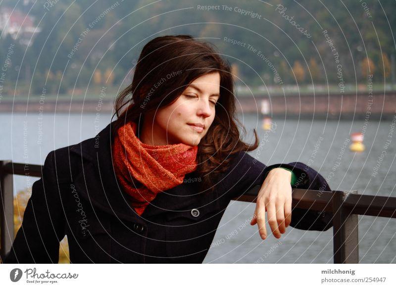 Moment Spaizieren gehen Freiheit Mensch 1 18-30 Jahre Jugendliche Erwachsene Flussufer Mantel Schal brünett langhaarig genießen stehen frei rot selbstbewußt