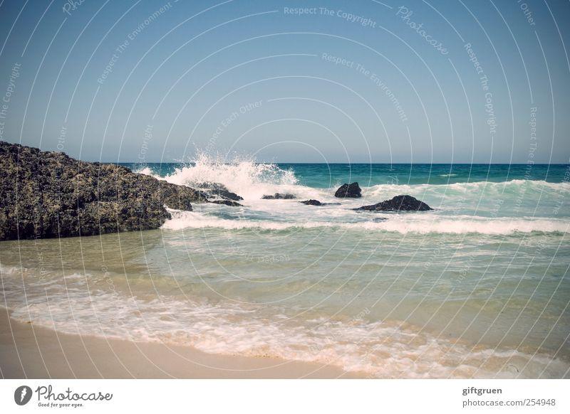 rock'n'roll Umwelt Natur Landschaft Urelemente Wasser Wassertropfen Himmel Wolkenloser Himmel Schönes Wetter Felsen Wellen Küste Bucht Meer Insel blau Brandung