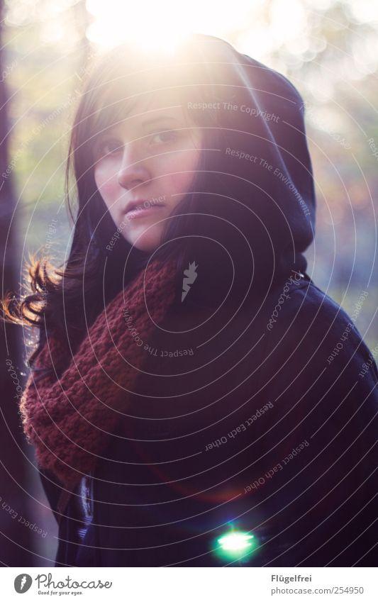 Scheinbar. feminin Junge Frau Jugendliche 1 Mensch Blick Schal Herbst Sonnenlicht Warmherzigkeit Haare & Frisuren beobachten ernst Blendenfleck Kapuze