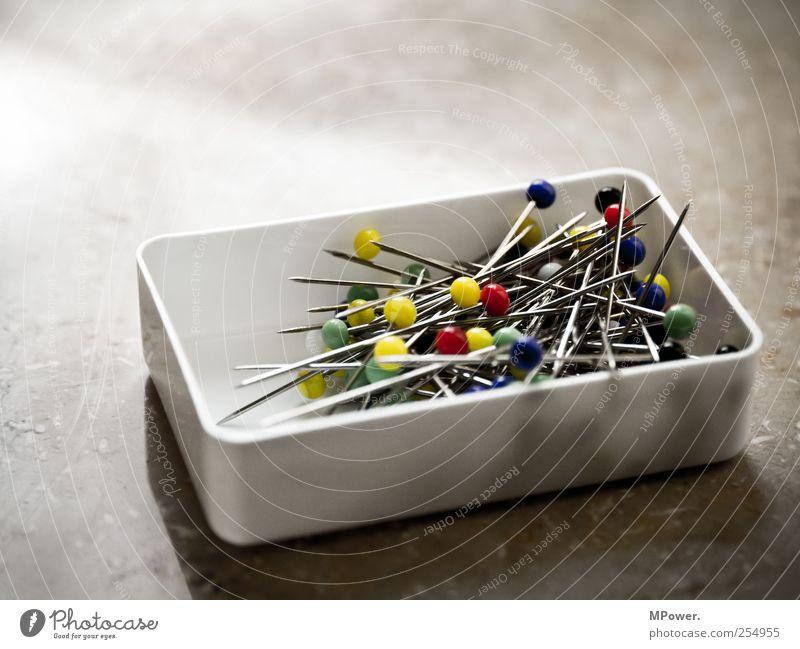 bunte mischung Metall Stahl rund mehrfarbig gelb grün rot Nadel Stecknadel Nadelkopf Schachtel Kugel Spitze Stich fixieren Kunststoff durcheinander gemischt