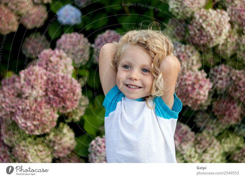 blondes Kind Glück schön Gesicht Sommer Garten Mensch Baby Junge Mann Erwachsene Kindheit Hand Umwelt Natur Pflanze Blume Lächeln klein lang lustig natürlich