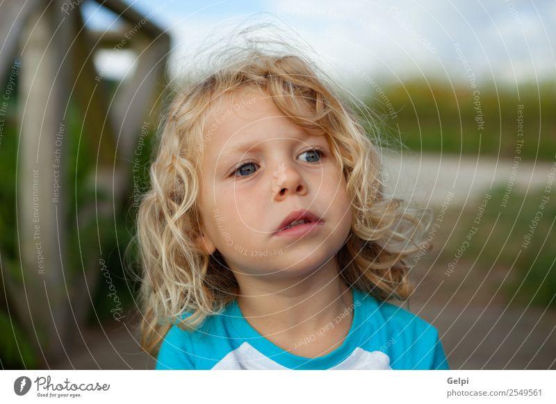 Kleinkind mit langen blonden Haaren genießt einen sonnigen Tag. Glück schön Gesicht Sommer Kind Mensch Baby Junge Mann Erwachsene Kindheit Umwelt Natur Pflanze