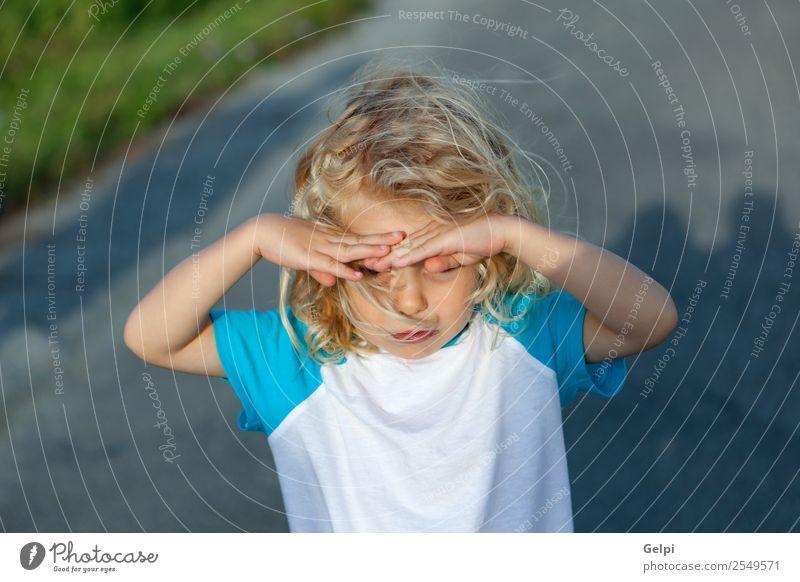 Kleiner Junge, der seine Augen vor der Sonne bedeckt, an einem sonnigen Tag. schön Gesicht Sommer Kind Mensch Baby Mann Erwachsene Kindheit Hand Umwelt Natur
