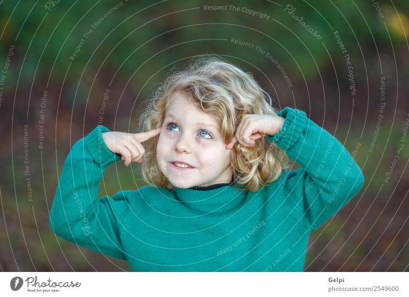 Kleines blondes Kind mit grünem Trikot Freude Glück schön Gesicht Mensch Junge Kindheit Gras Denken Lächeln lachen Fröhlichkeit klein lustig niedlich weiß